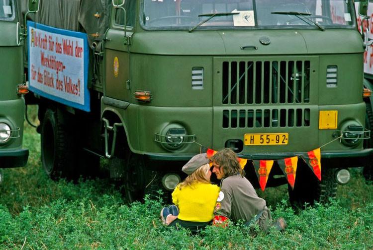 Солдат наедине с девушкой во время авиашоу в Магдебурге в 1974 году винтаж, германия, люди, фото