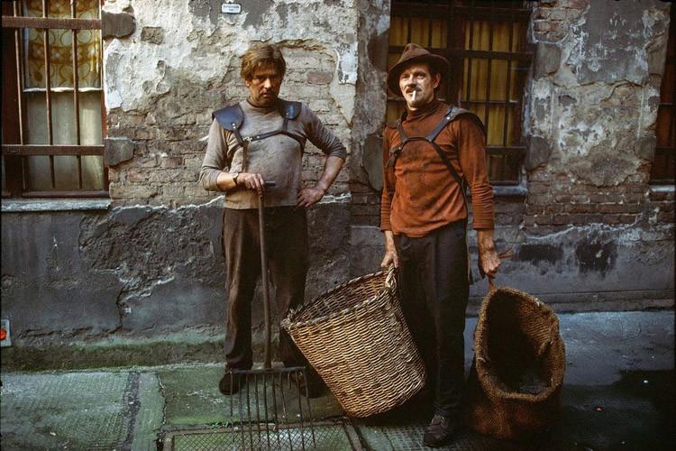 Двое мужчин в Восточной Германии несут уголь в городские квартиры винтаж, германия, люди, фото