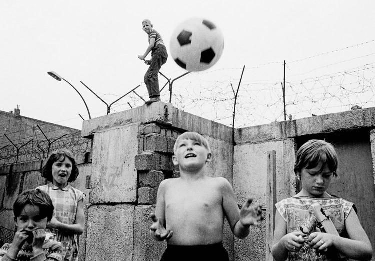 1963. Дети играют в футбол возле Берлинской стены винтаж, германия, люди, фото