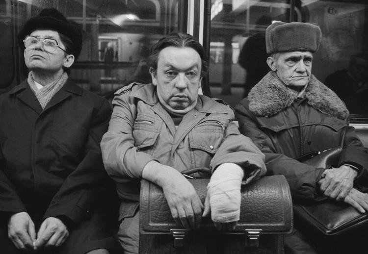 Трое мужчин в общественном транспорте, изнуренные длинным рабочим днем винтаж, германия, люди, фото