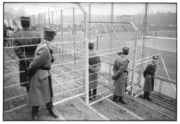 Вооруженная охрана следит за тем, чтобы «хулиганы» не распоясались винтаж, германия, люди, фото