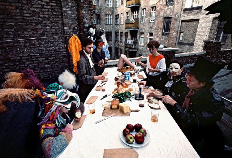 Члены театры пантомимы обедают на крыше в Восточном Берлине винтаж, германия, люди, фото