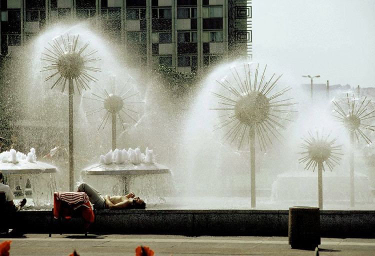 Мужчина отдыхает под фонтаном-одуванчиком в Дрездене винтаж, германия, люди, фото