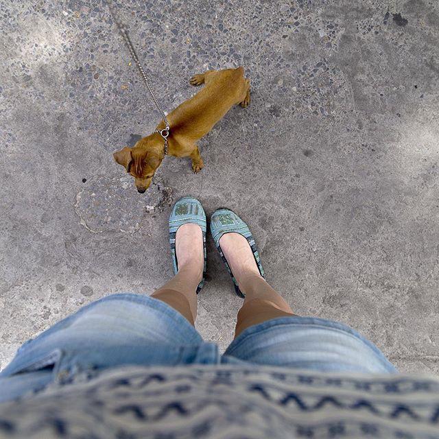 Женщина фоткает свои стопы