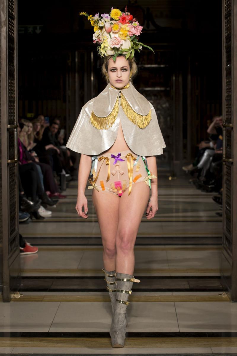 Снимите это немедленно! Смешная и нелепая мода от ведущих дизайнеров люди, маразм, мода, одежда