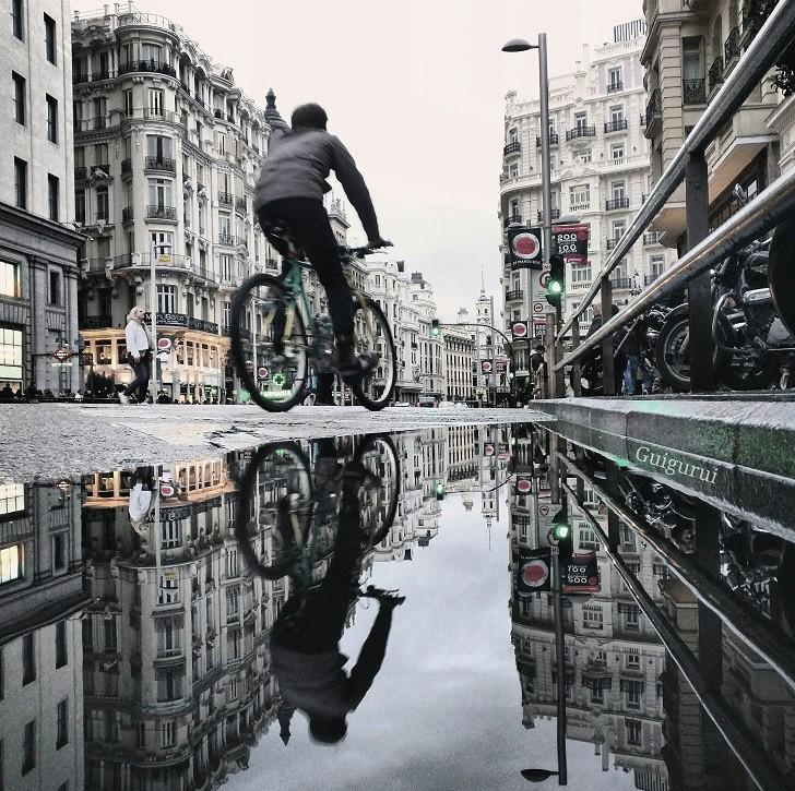2. Велосипедист в Мадриде лужа, отражение, фото