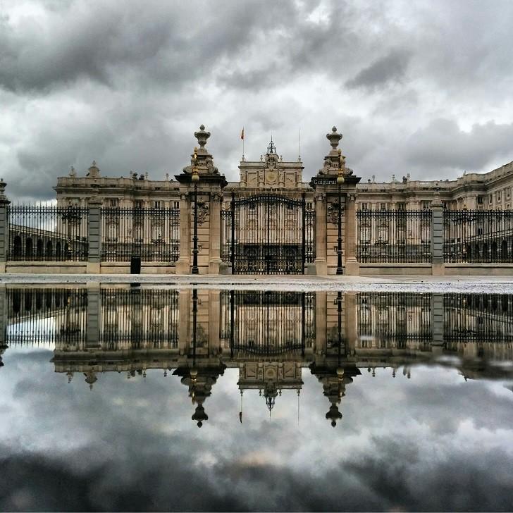 8. Королевский дворец лужа, отражение, фото