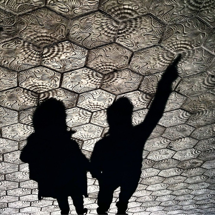10. Тени туристов в Барселоне лужа, отражение, фото