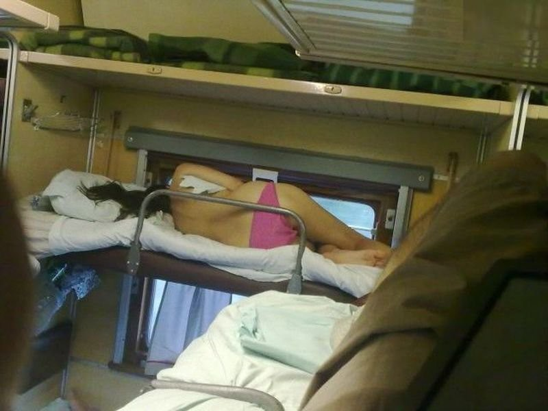 Фото случайных попутчиц в купе поезда