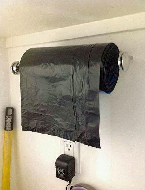 37. Рулон мешков для мусора удобно хранить на держателе для бумажных полотенец кухня, хранения
