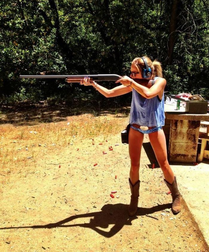 Девушка с водяным пистолетом снимает трусы