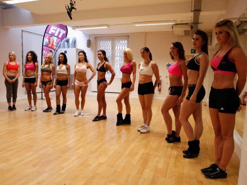 Несколько девушек в спортивном зале танцевали в купальниках