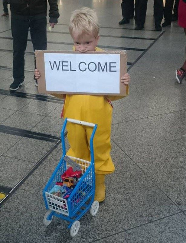 2. Мальчик делился с беженцами своими игрушками на Центральном железнодорожном вокзале Мюнхена беженцы, мир, помощь