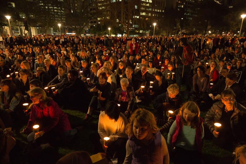 11. Тысячи австралийцев провели ночную службу при свечах в поддержку Сирии, пытаясь таким образом оказать давление на правительство с тем, чтобы оно приняло большее число беженцев. беженцы, мир, помощь