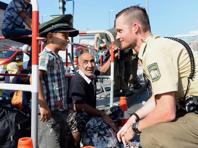 3. Мюнхенский полицейский,одолживший свою фуражку сирийскому мальчику беженцы, мир, помощь