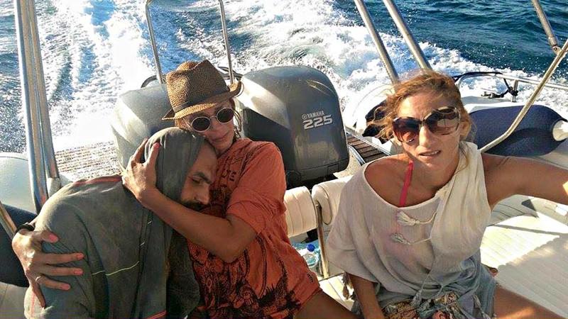 1. Греческие туристы спасли тонущего сирийского беженца, который в спасательном жилете сумел продержаться на воде 13 часов беженцы, мир, помощь