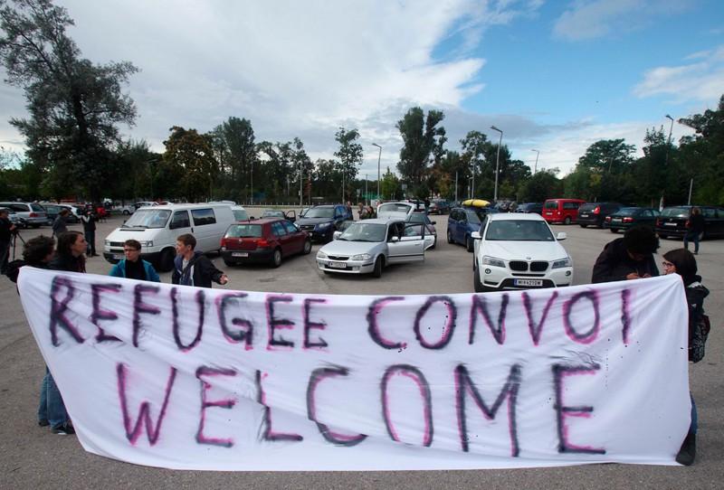 17. Конвой активистов из Германии и Австрии пересек границу Венгрии, чтобы забрать мигрантов и помочь им добраться до Западной Европы. беженцы, мир, помощь