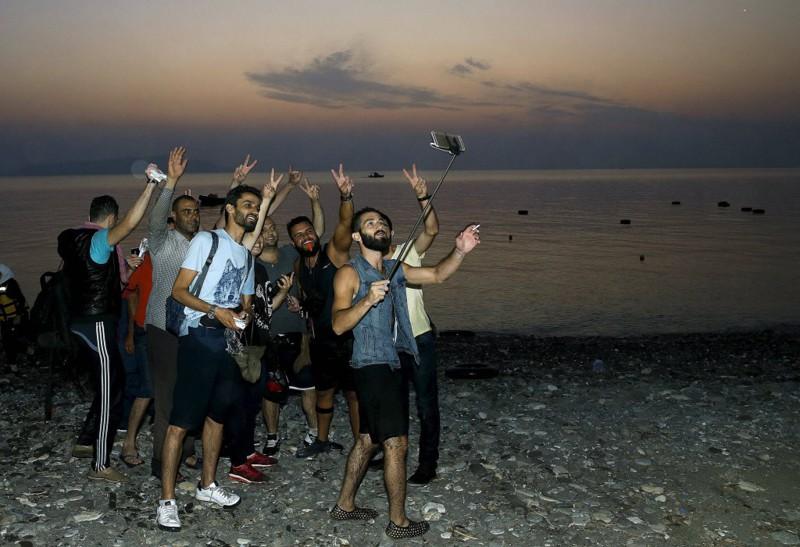 20. Добравшись до греческого острова Кос, счастливые беженцы сделали селфи беженцы, мир, помощь
