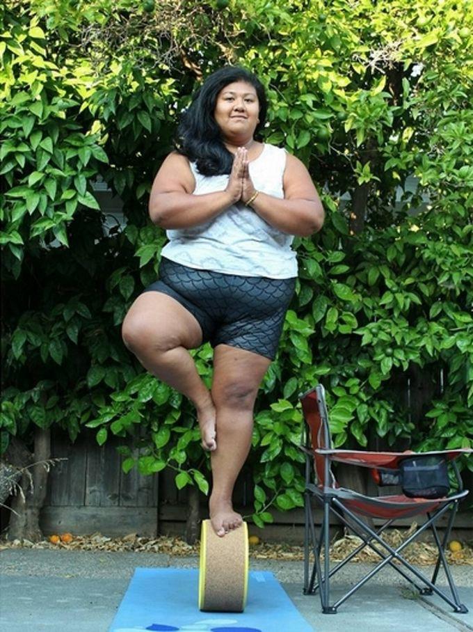 Толстая женщина в раздевалке