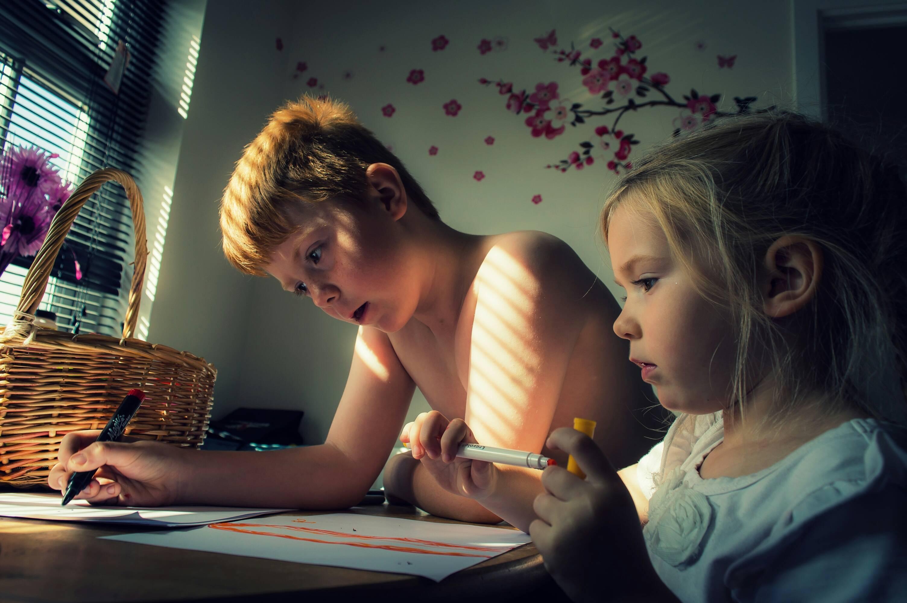 брат с сестрой листают камасутру
