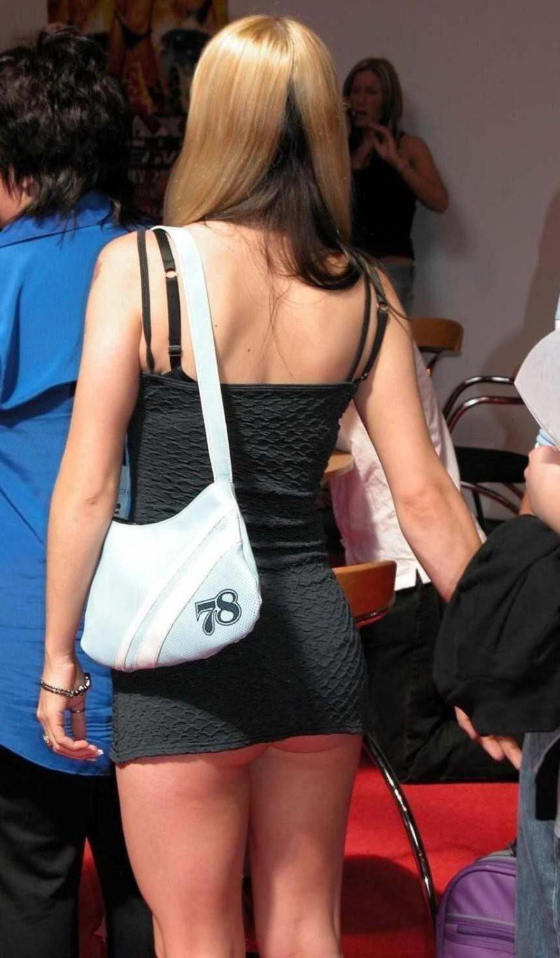 у девок под короткими платьями видно нижнее белье однократно
