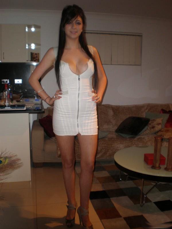 Стройные длинноногие девушки в коротких платьях