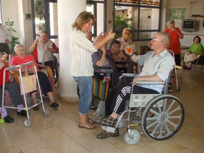 помещение пожилых в дом престарелых