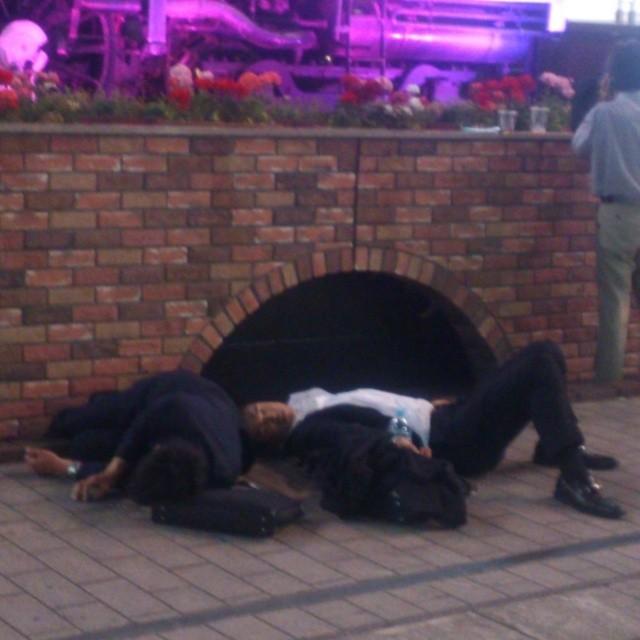 Тяжёлый рабочий день закончился япония, японцы