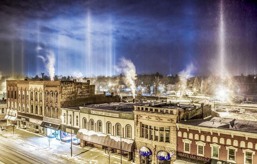 16. Лучи света в падающем снеге выглядят как инопланетное вторжение. Город Шарлотт, США. без фотошопа, удивительные фотографии