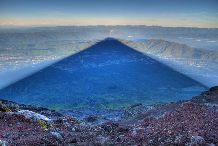 13. Тень от горы Фудзи, которая в длину может достигать 24 километров. без фотошопа, удивительные фотографии