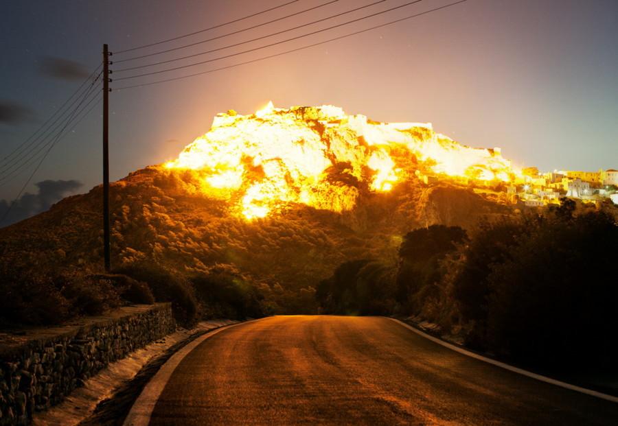 6. Горы, освещённые яркими лучами утреннего солнца похожи на гигантский взрыв. Город Кифира, Греция. без фотошопа, удивительные фотографии