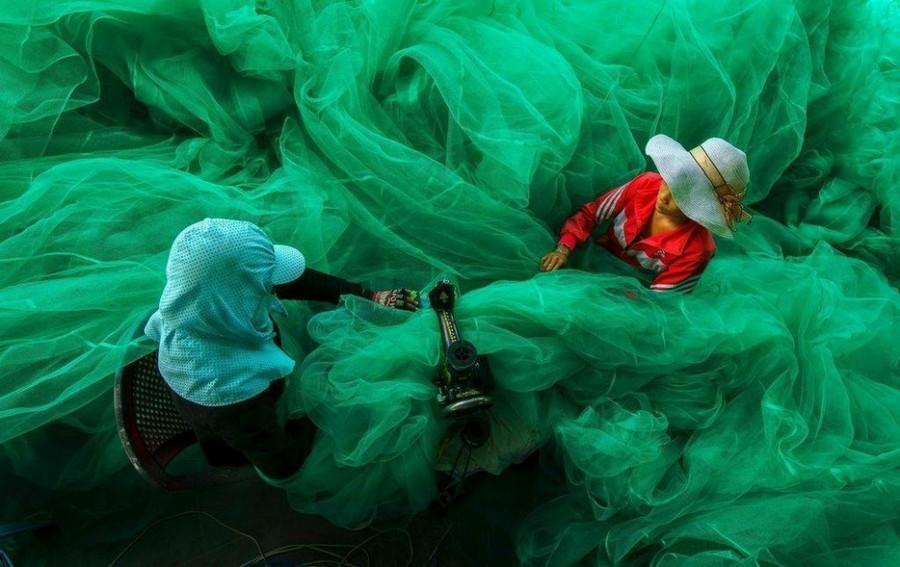 8. Это не ядовитый газ и не зловещий туман, две женщины шьют большую рыболовную сеть. без фотошопа, удивительные фотографии