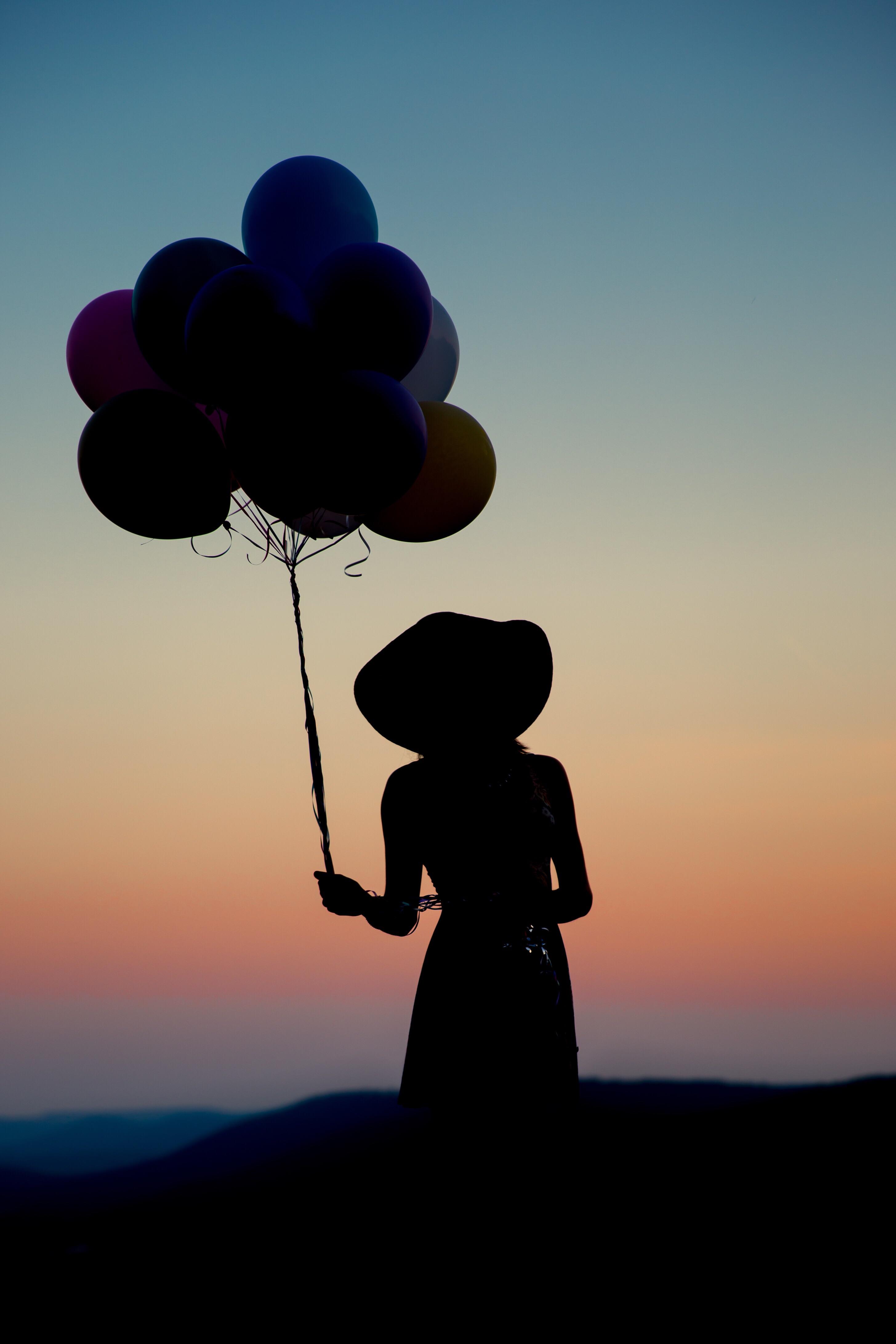 Девушки с шариками без лица на аву зимой