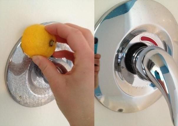 11. Как эффективно очистить краны от пятен в ванной без химических средств? В этом вам поможет обычный лимон.  совет, хитрость