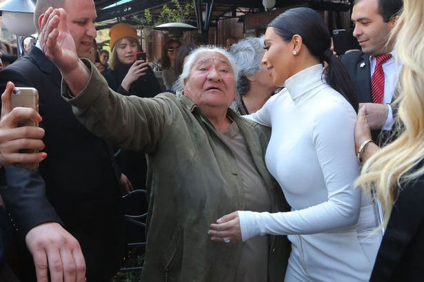 Бабуля благославляет несравненную Кардашьян истерика, кумир, селфи, счастье, фанаты
