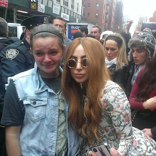 Леди Гага и девушка, которая не верит своему счатью истерика, кумир, селфи, счастье, фанаты