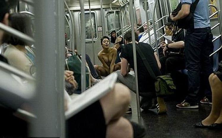 Девушка разделась в вагоне метро