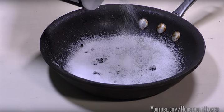 4. Загрязнили сковородку пригоревшей пищей советы, соль, хитрости