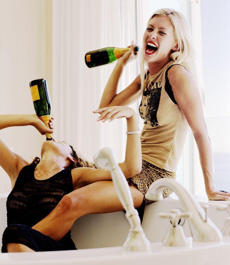 Подруги пьют картинка смешная