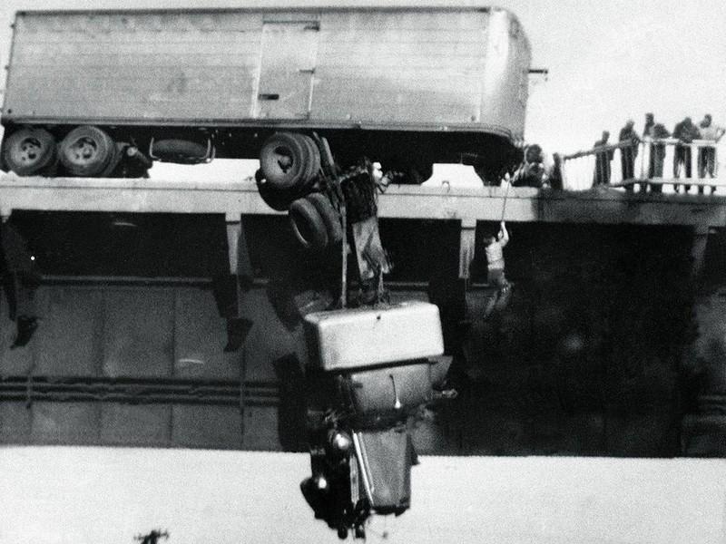 Спасение водителя сошедшего с моста тягача, Реддинг, штат Калифорния, США, 1954 г. (Фото Walter M. Schau): интересные, история, снимки