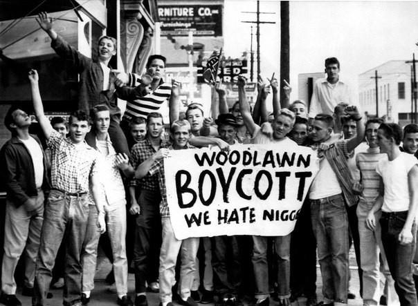 """Большая группа белых американских школьников с самодельным плакатом """"Бойкот. Мы ненавидим ниггеров"""" интересно, история, фото"""