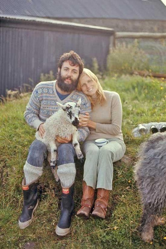 Пол Маккартни и Линда Маккартни с ягненком на их ферме в Малл-оф-Кинтайр, 1970 г интересно, история, фото