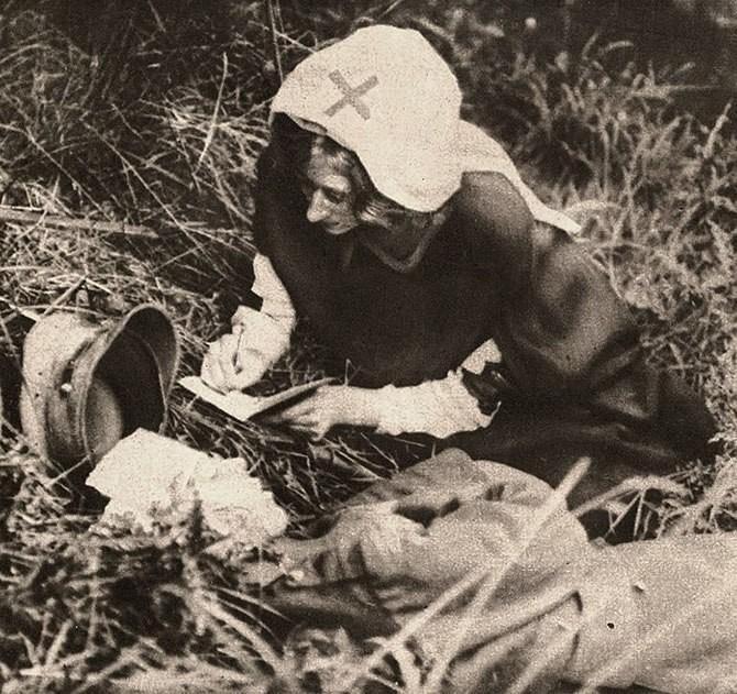 Медсестра Красного Креста записывает последние слова британского солдата, 1917 г интересно, история, фото
