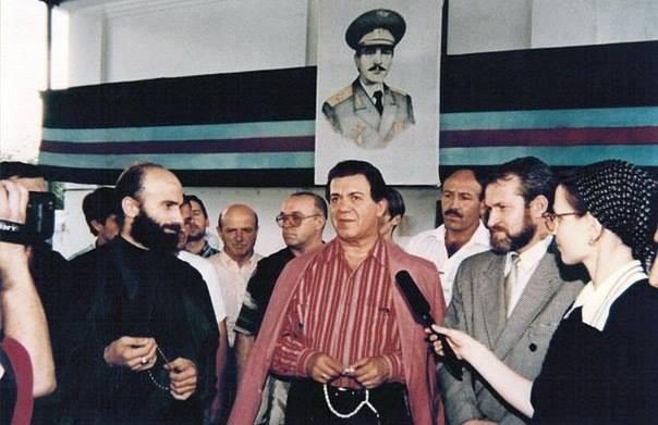 Иосиф Кобзон, народный артист ЧИАССР в Грозном. Слева Шамиль Басаев, справа Ахмед Закаев интересно, история, фото