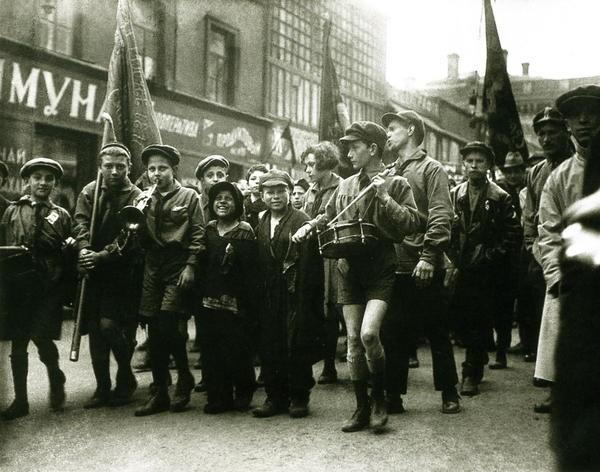 Пионеры и беспризорники. Москва, 1 мая 1927 года интересно, история, фото