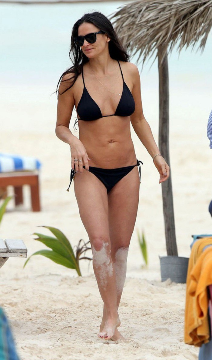 Деми Мур купальник, пляж, фигура