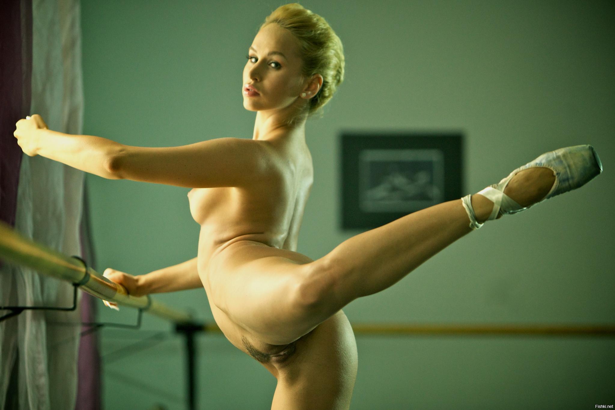 golaya-gimnastka-tantsuet-video