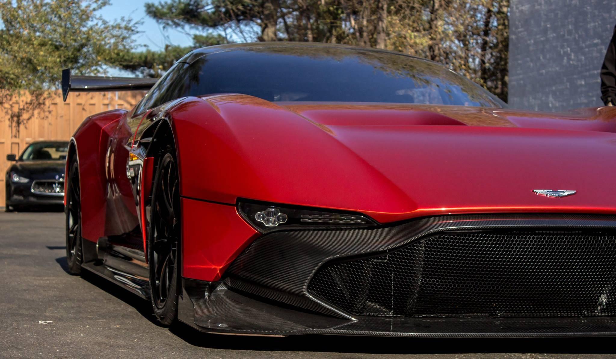 Британцы не раскрывают полных данных автомобиля. Известно, что семилитровый мотор V12 развивает более 811 л.с. На фото — первый заказанный экземпляр, добравшийся до США. Vulcan, aston martin, спорткар, суперкар