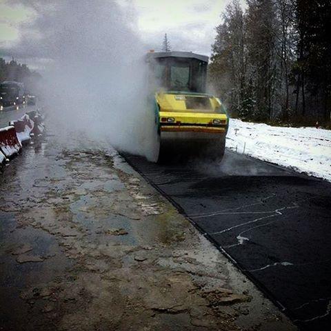 Одна из примет России: выпал снег - к новому асфальту. асфальт, дорожная разметка, надписи на машинах, прикол
