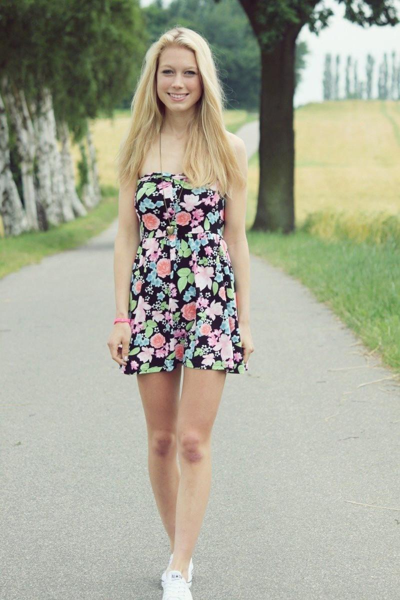 Девчонка в коротком платье
